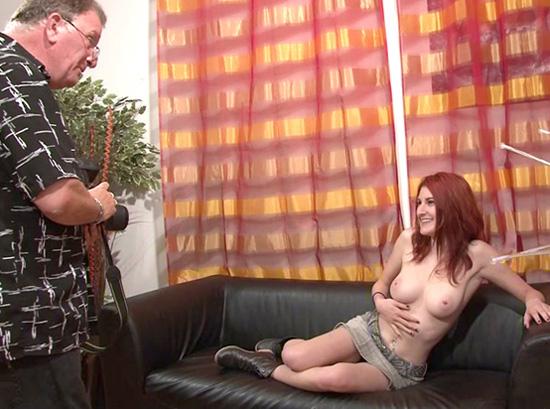 Un casting porno avec une jolie rouquine à la peau blanche