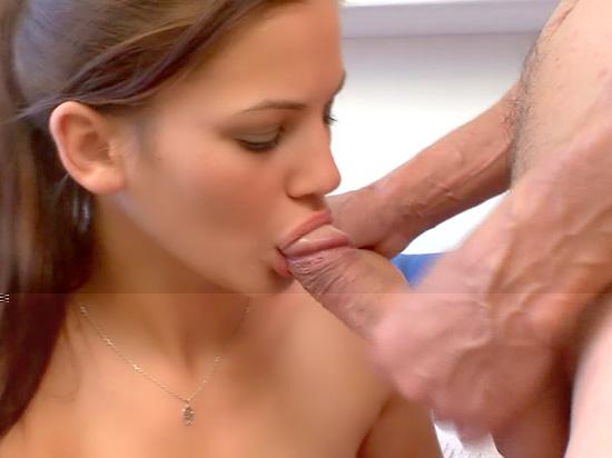 Petite nana x en streaming pompe et baise avec un vieux