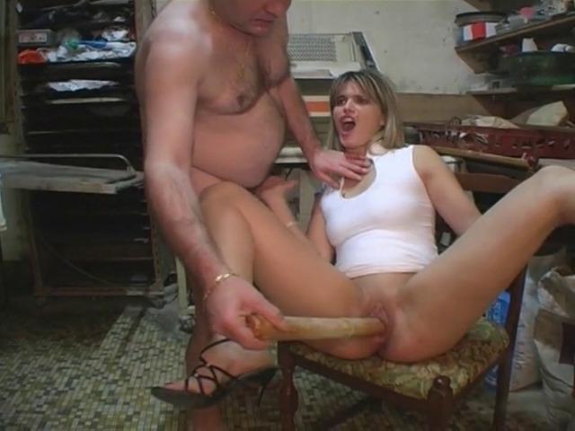 Un homme s'amuse avec sa copine qui adore les jouets