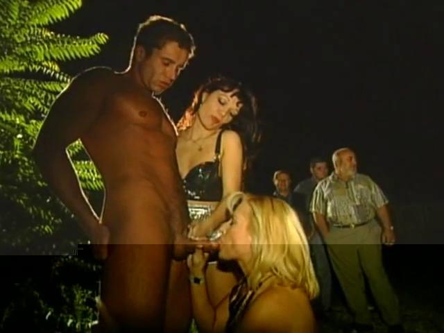deux filles, un homme et plusieurs autres hommes mûrs pour apprécier le spectacle