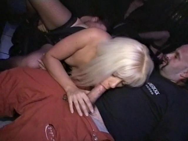 Elle essaye des godes dans un sex shop et finit par se faire baiser