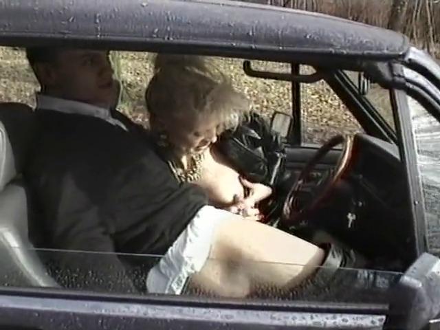 Mature blonde pipeuse et lécheuse de trou de balle.
