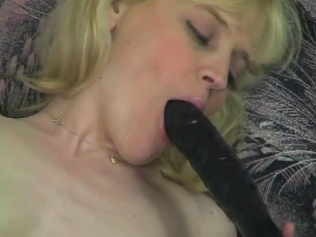 Blonde très excitée joue avec ses nombreux sextoys
