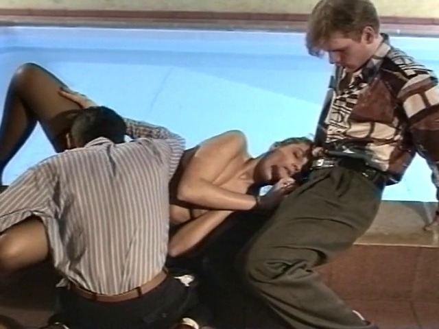 Strip tease sensuel qui dégénère en partie de cul