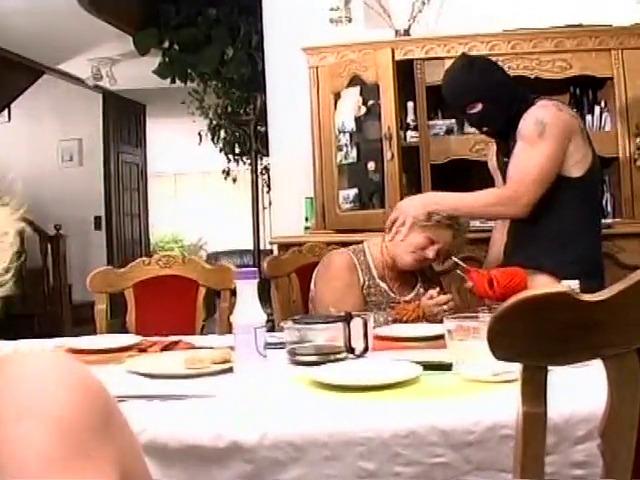 Mamie et maman baisées par les voleurs