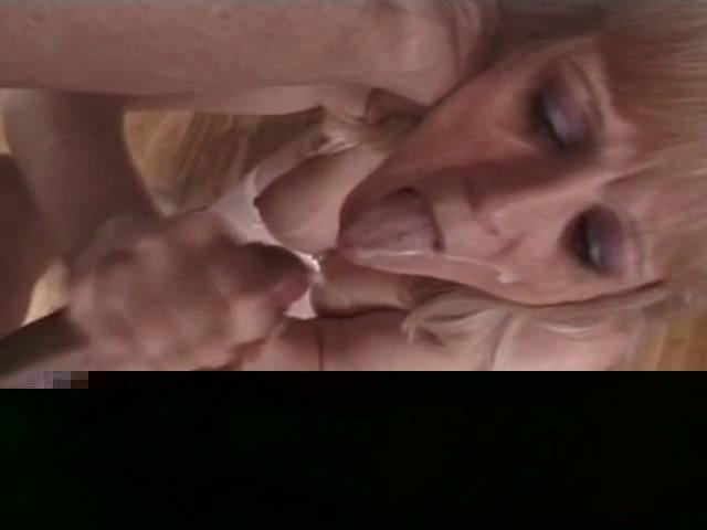 femme mûre avec langue de vipère