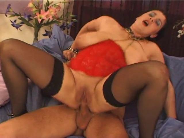 Une brune aux seins immenses pour une séance photo et de la baise.