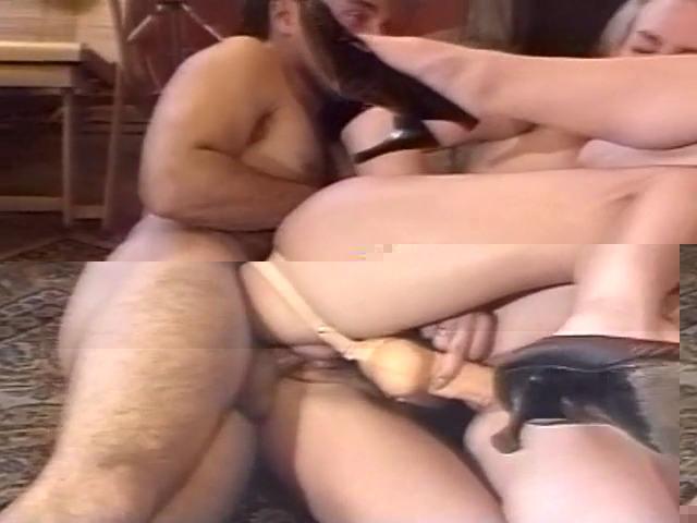 Elle se fait troncher par son mari tandis qu'elle fourre une collègue