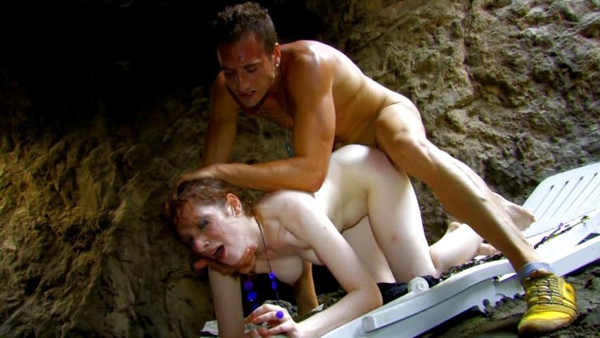 Jolie rousse captive sodomisée dans la douleur