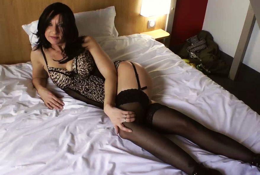 Léa de Bourges sodomisée en force dans une chambre d'hôtel.