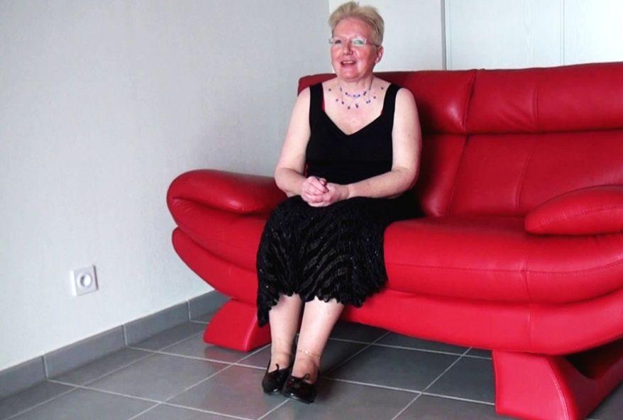 A 59 ans, Mamie retrouve une seconde jeunesse grâce à 2 bites dans le cul!