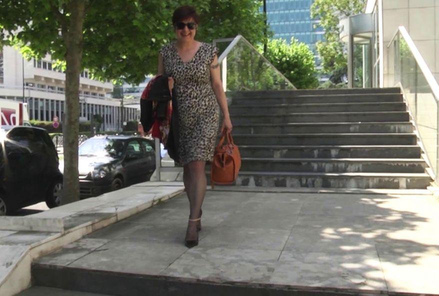Fonctionnaire dans l'adminsitration publique, on la baise dans le parking du centre où Lise travaille ! (vidéo exclusive)
