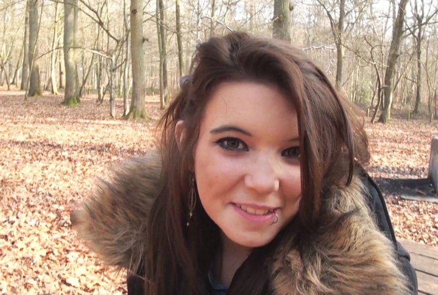 A à peine 18 ans Angela veut se faire enculer par un black pour faire chier sa mère ! (vidéo exclusive)