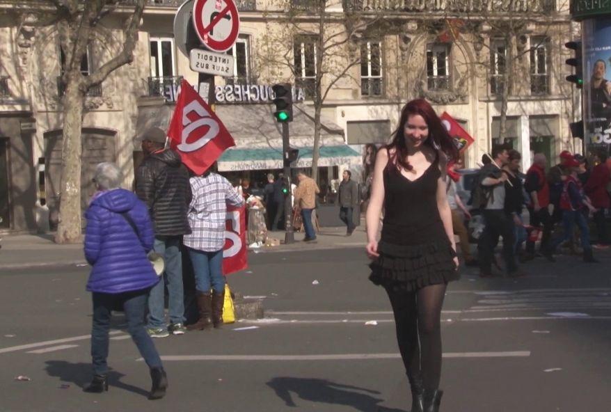 On emmène Zoé, 19 ans, dans un sexshop parisien bien connu comme repère à plans culs ! (vidéo exclusive)