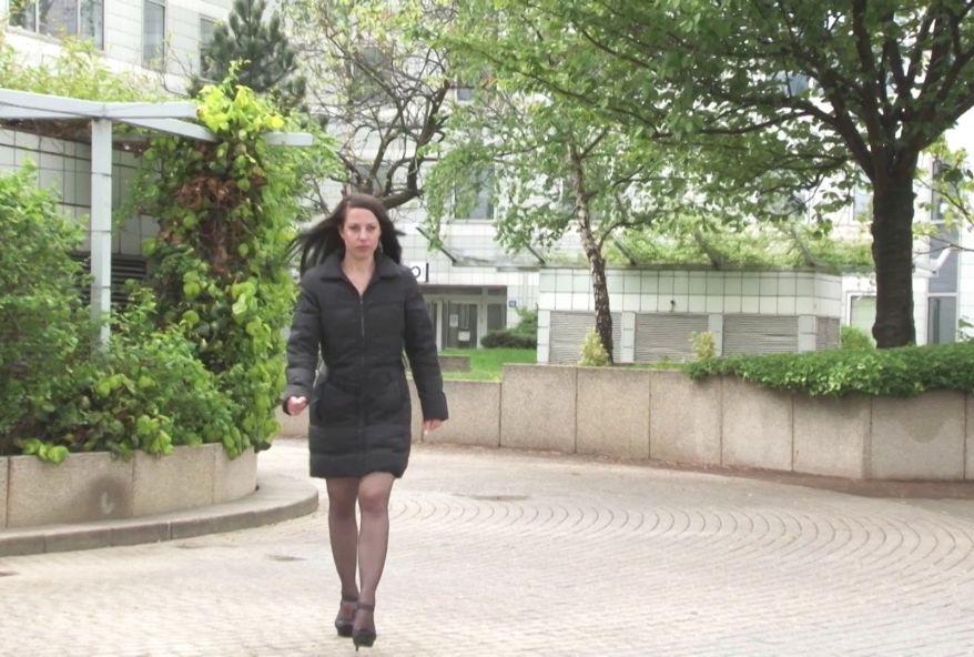 Angela, assistante de direction esclave sexuelle de son patron, vient nous raconter sa drôle de relation … et nous laisse l'enculer ! (vidéo exclusive)