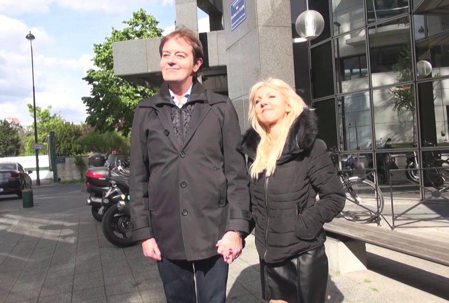 Son mari, au style so british … se branle devant sa femme prise en gnag bang par nos fans ! (vidéo exclusive)