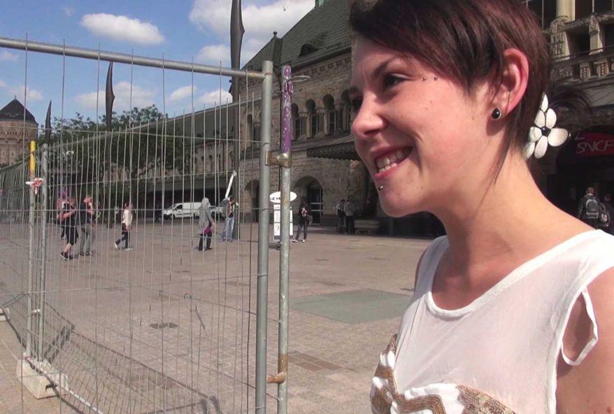 Maelys, une petite jeune de Metz, commence à devenir une bonne chienne ! (vidéo exclusive)