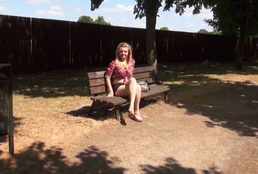 Cindy, 20 ans, de Dunkerque, une ingénue qu'on va transformer en bonne salope ! (vidéo exclusive)