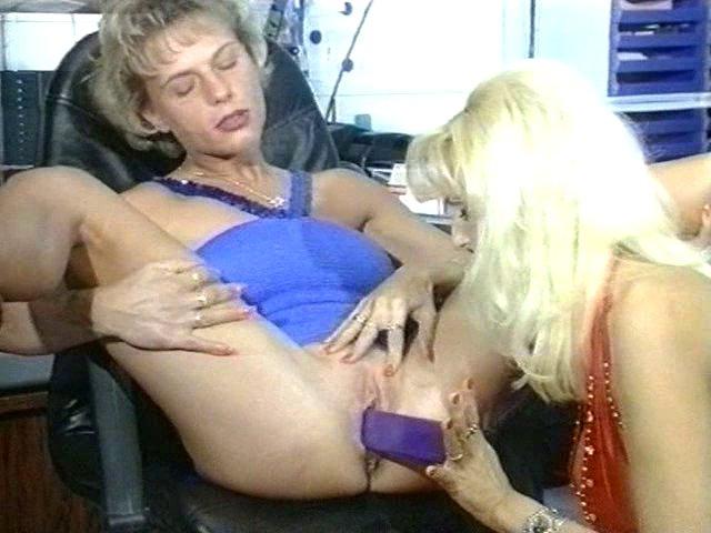 Deux lesbiennes se font jouir au bureau