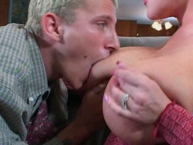 MILF aux seins énormes se tape un jeunot à la bite raide