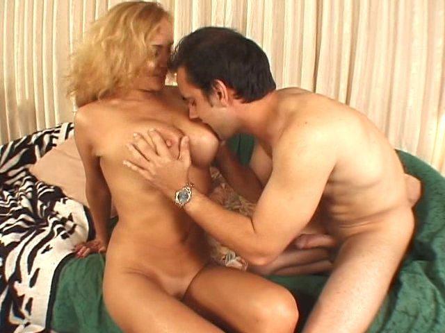 MILF blonde et sexy passe un casting porno et se fait trouer