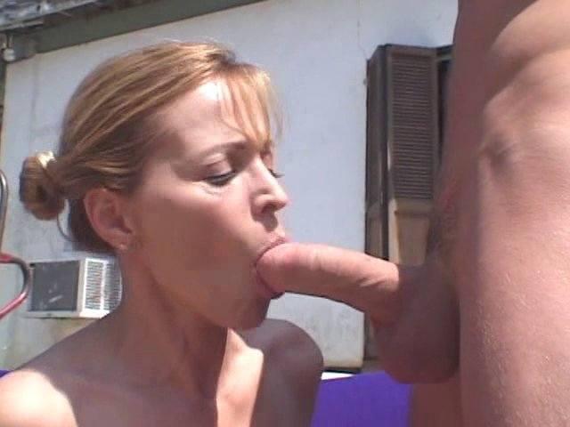 Superbe femme mûre se fait déboiter derrière la maison de son voisin