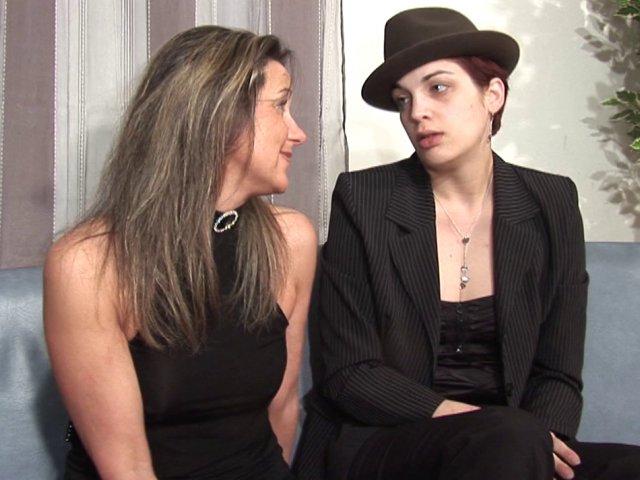 Scène de ménage entre lesbiennes qui apprécies tout de même la bite