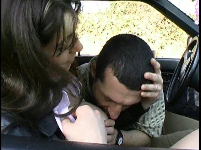 Une écolière ultra sexy baisée dans une caravane par son nouveau mec