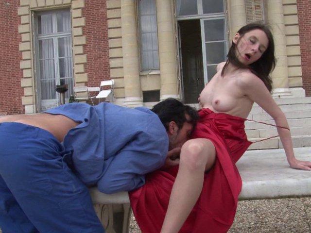 Gosse de riche offre sa virginité au jardinier sur la terrasse de son chateau