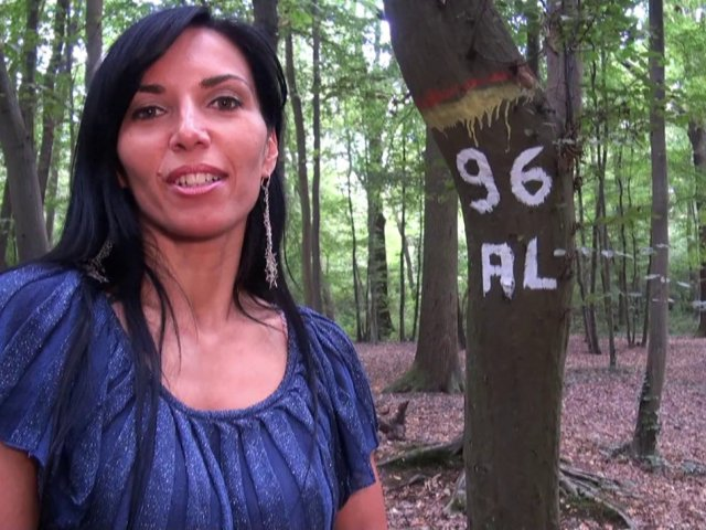 Promenade coquine en forêt avec les gros seins de sophie