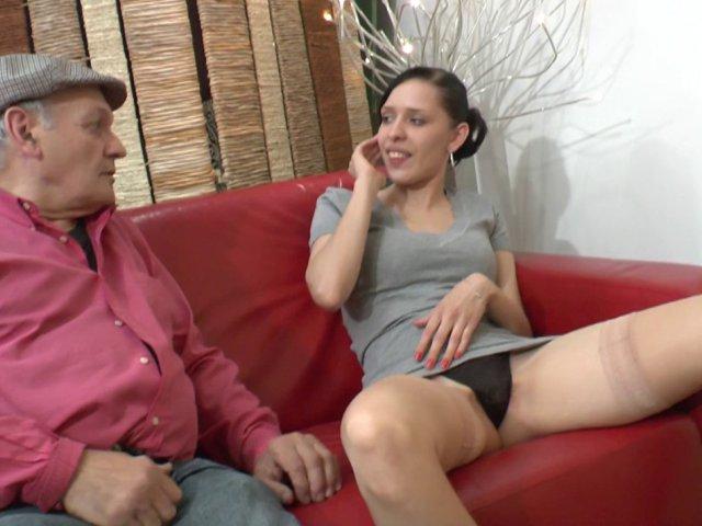 Papy se tape une petite jeune dans la salle d'attente du médecin