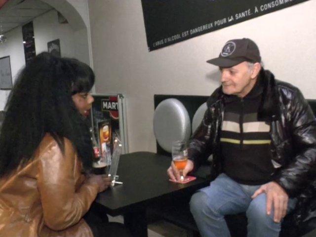 Elle voulait un homme mûr… une belle black goûte à une bite de papy pour la 1ère fois !