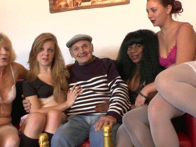 On offre 4 super salopes à papy voyeur pour ses 70 ans!