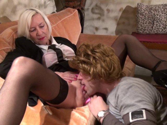 Une cougar se fait copieusement sodomiser par son homme à tout faire!