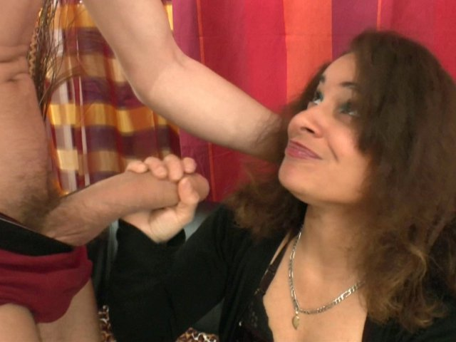 Sana est de retour: une nympho insatiable!