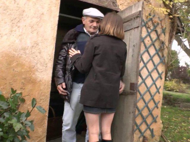 Lucie baise avec papy pour le remercier.