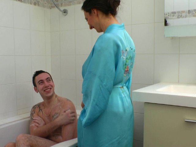 Il encule sa belle mère sous la douche