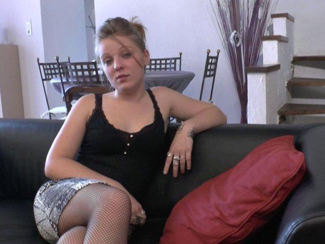 Amatrice de 19 ans, goûte au sexe devant la caméra.