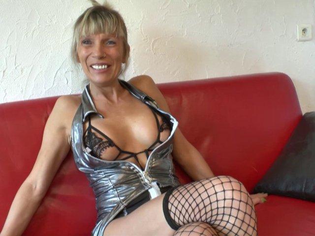 Shana, cougar blonde fan de fellation, revient pour une baise brutale!