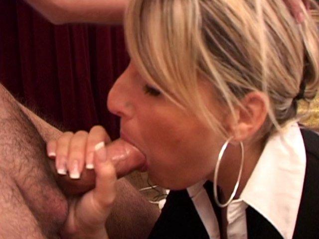 Il surprend sa copine qui se doigte et doit la baiser