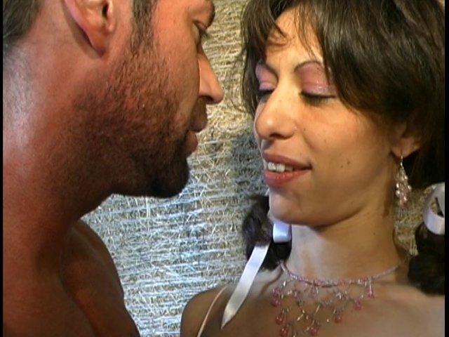 Excité par la meuf de son pote en train de pisser, il va la baiser dans une grange!