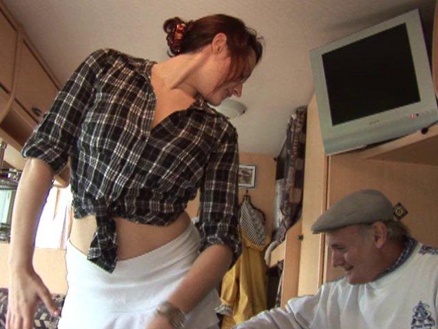 Une jolie femme de ménage, jeune et fraîche, pour un vidage de couilles expresse!
