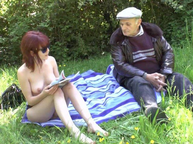 Entre lisa et papy c'est partie de baise dans les herbes folles!