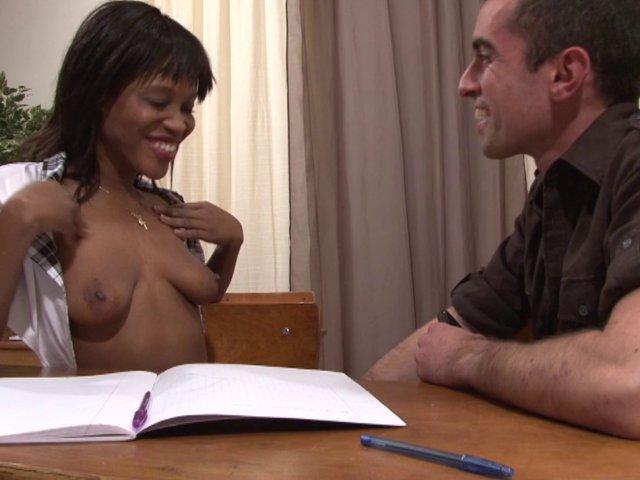 Tamara se fait baiser par un camarade et le pion sur son petit bureau!