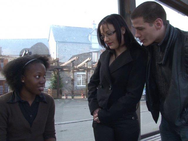 Une jeune blackette découvre l'orgasme anal pour oublier son mec!