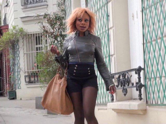 Naomie, blackette nympho, recherche un mâle dans les rues de paris.
