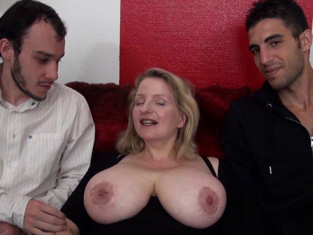 Carola, styliste de 38 ans aux gros seins naturels (110f) et à l'accent de salope!