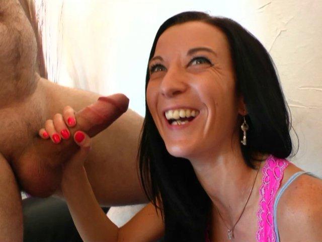 Tania et sa petite rondelle serrée vont déguster!