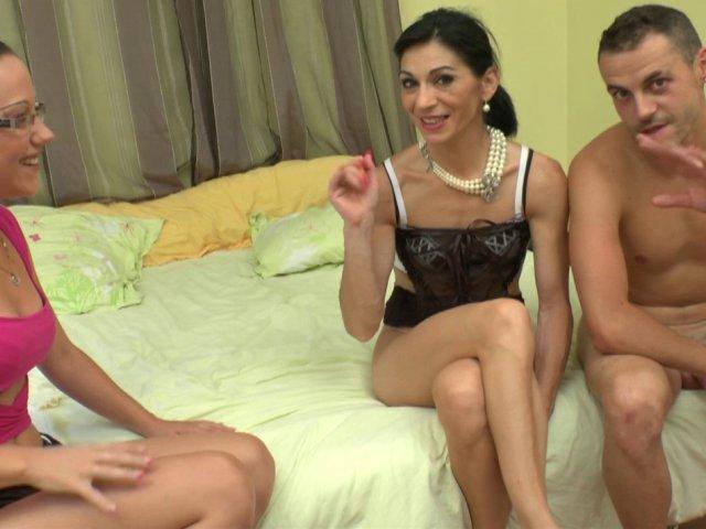 Une mature bcbg découvre le fist dans une chambre d'hôtel!