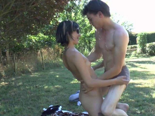 Partie de baise dans le jardin de lilou!